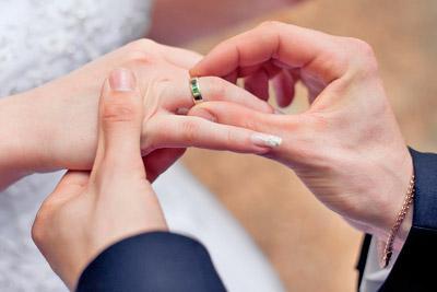 Одевает обручальное кольцо
