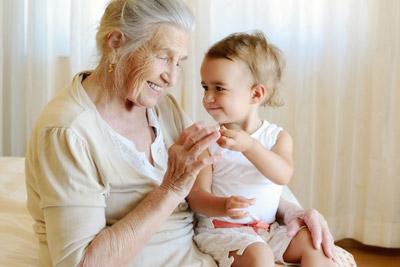 Бабушка-опекун и ребенок