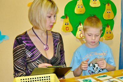 Психолог общается с ребенком
