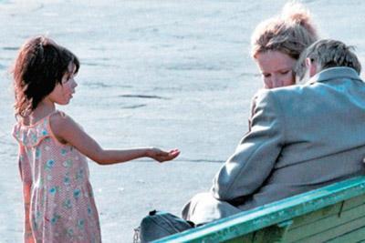 Девочка просит милостыню