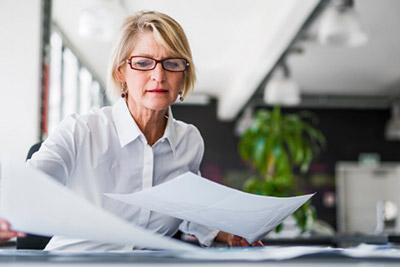 Женщина собирает документы