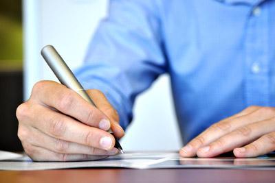 Мужчина пишет автобиографию
