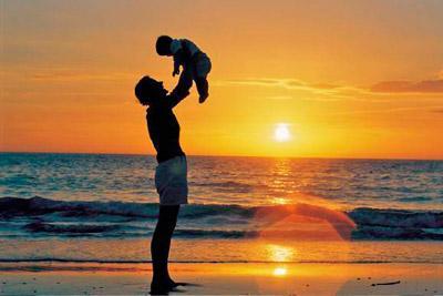 Ребенок на руках отца