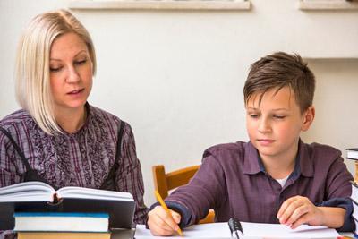 Ребенок делает уроки с мамой