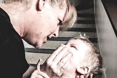 Мать бьет своего сына