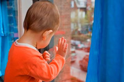 Малыш у окна