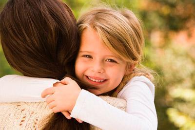 Девочка обнимает опекуна