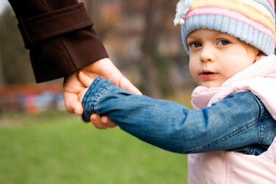 Ребенок держится за руку