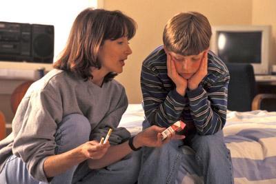 Мать учит ребенка курить