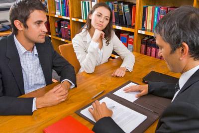 Женщина и мужчина на приеме у юриста