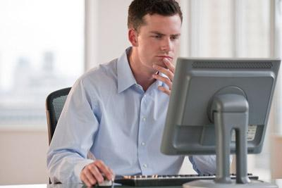 Мужчина сидит у компьютера