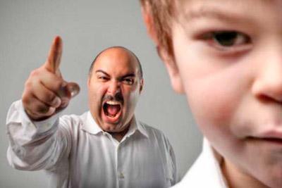 Отец ругает мальчика