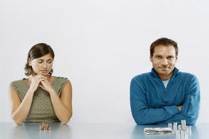 Жена смотрит в сторону мужа