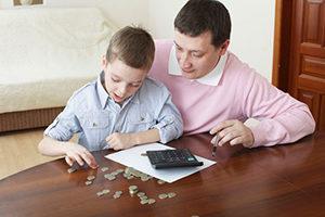 Отец с сыном считают деньги