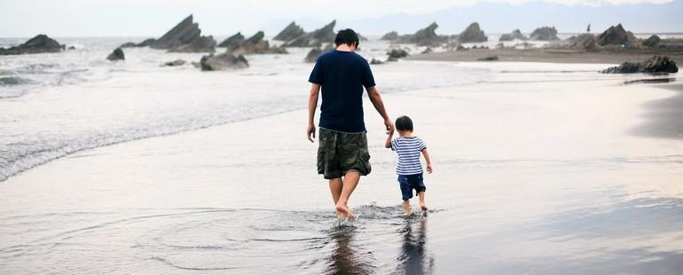 Отец гуляет с сыном