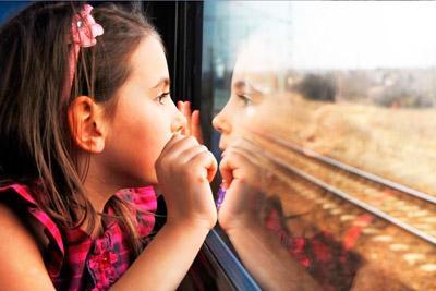 Ребенок едет поездом