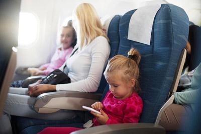 Девочка в кресле самолета