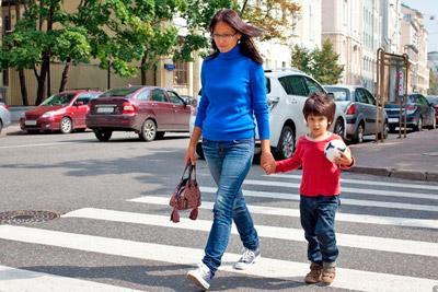Ребенок идет с женщиной