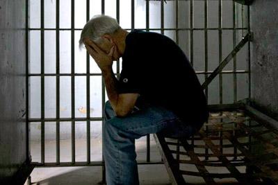 Сидит в тюрьме