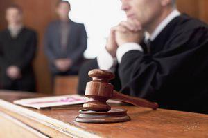 Судья изучает подробности дела
