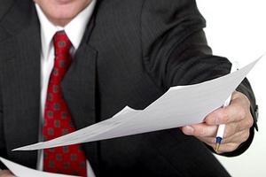 Юрист протягивает исполнительный лист