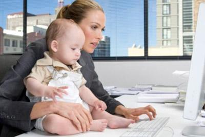 Мать и ребенок у компьютера