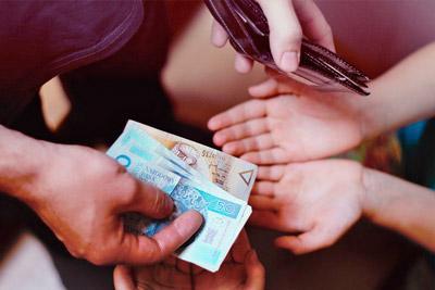 Отец дает детям деньги