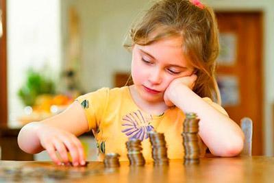 Девочка считает монеты