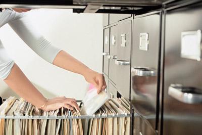 Собирает документы на алименты