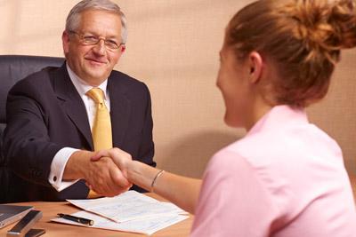 Женщина на приеме у директора должника