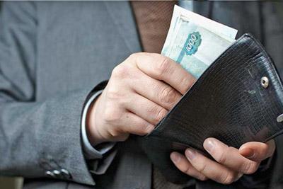 Деньги в руках у мужчины