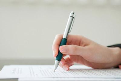 Женщина пишет расписку