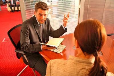 Женщина консультируется с юристом