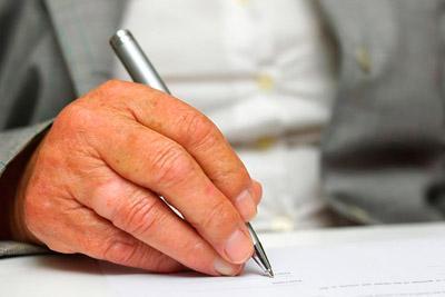 Пишет документ в суд