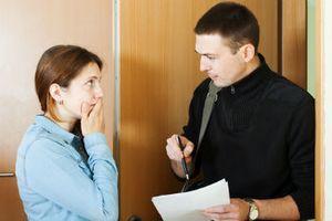 Служащий объясняет клиентке про обязанности плательщика