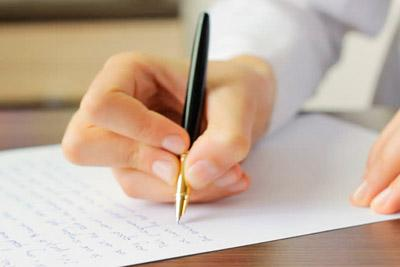 Пишет заявление на развод