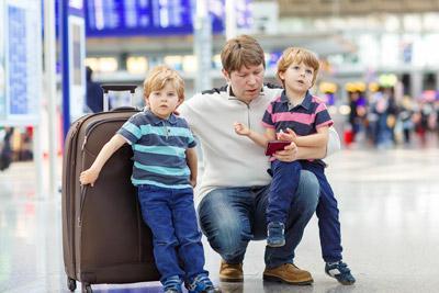 Дети и отец в аэровокзале