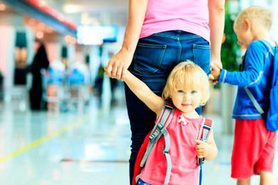 Дети и мама в аэровокзале