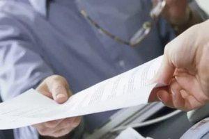 Юрист передает документы