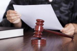 Судья знакомится с документом