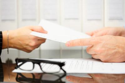 Женщина передает документы