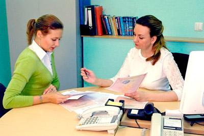 Женщина подготавливает документы