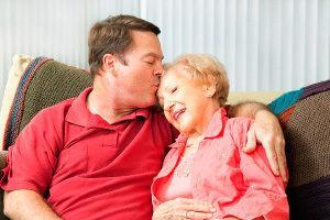 Пожилая мама с сыном