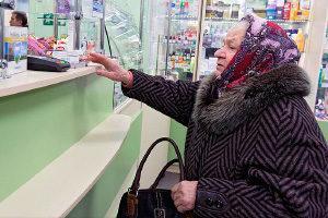 Пожилая женщина в аптеке