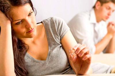 Обручальное кольцо в руке женщины