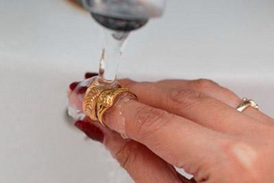 Обручальное кольцо вымыть под струей воды