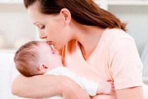Мать с ребенком до года