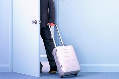 Мужчина собрал чемоданы