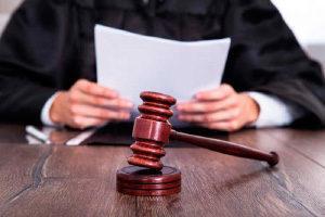 Судья рассматривает документы