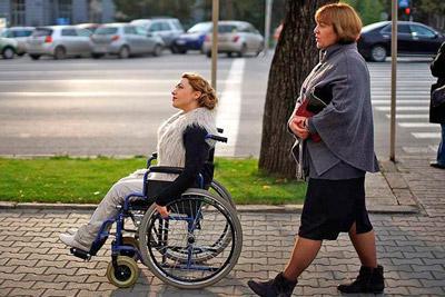 Женщина инвалид в коляске